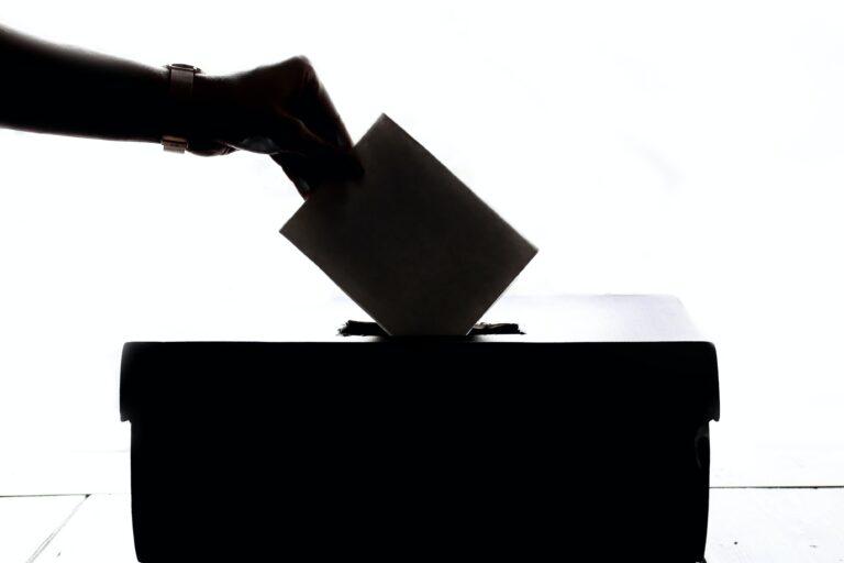 Le democrazie muoiono in un sospiro (e non con il botto)